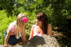Mutter und Tochter in der Natur Stockfoto