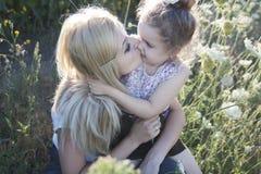 Mutter und Tochter in der Natur Lizenzfreies Stockfoto