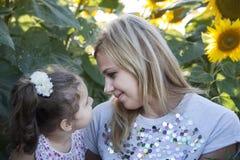 Mutter und Tochter in der Natur Lizenzfreie Stockfotografie