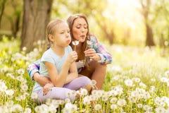 Mutter und Tochter in der Natur Lizenzfreies Stockbild