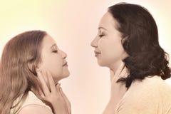 Mutter und Tochter in der Retro- Art Lizenzfreies Stockfoto