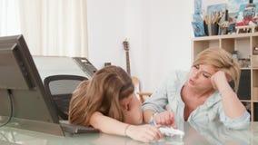 Mutter und Tochter, die über ihren Feiertag beim Spielen mit einer Spielzeugfläche sich besprechen stock video footage