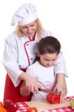 Mutter und Tochter, die Abendessen kochen stockfoto