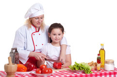 Mutter und Tochter, die Abendessen kochen stockbilder