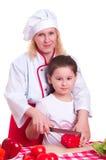 Mutter und Tochter, die Abendessen kochen stockfotos