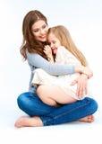 Mutter und Tochter, die auf einem Boden sitzen Stockbild
