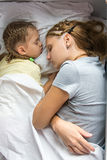 Mutter und Tochter, die auf einem Zug schlafen Lizenzfreie Stockfotografie