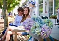 Mutter und Tochter, die auf einer Bank sitzen lizenzfreie stockfotos