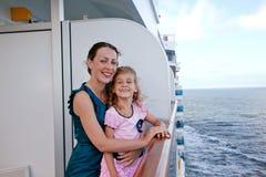 Mutter und Tochter, die auf Kreuzschiff reisen lizenzfreies stockfoto