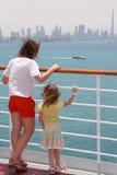 Mutter und Tochter, die auf Reiseflugzwischenlageplattform stehen Lizenzfreie Stockfotos