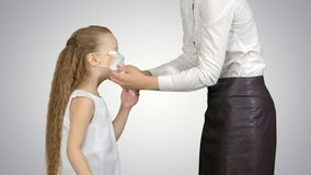 Mutter und Tochter, die chirurgische Masken tragen, um sich vor einer Epidemie auf weißem Hintergrund zu schützen stockfotos