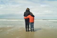 Mutter und Tochter, die das Meer übersehen lizenzfreies stockbild