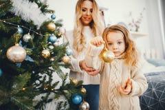Mutter und Tochter, die den Baum verzieren Lizenzfreies Stockfoto