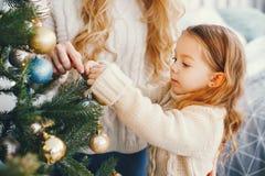 Mutter und Tochter, die den Baum verzieren Lizenzfreie Stockfotografie
