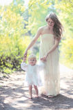 Mutter und Tochter, die in den Wald gehen Lizenzfreie Stockfotos