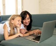 Mutter und Tochter, die den zusammen spielenden Spaß lächelt und hat und lizenzfreie stockfotografie