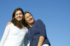 Mutter und Tochter, die in der Freundschaft umarmen Lizenzfreies Stockfoto