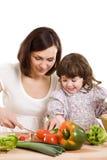 Mutter und Tochter, die an der Küche kochen Lizenzfreie Stockfotografie