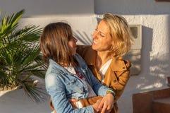 Mutter und Tochter, die in der Mittelmeerküstenstadt sich umarmen lizenzfreie stockfotos