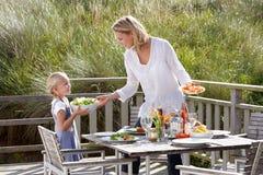 Mutter und Tochter, die draußen essen stockbilder
