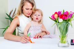 Mutter und Tochter, die ein Bild zeichnen Stockfotos