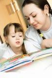 Mutter und Tochter, die ein Buch lesen lizenzfreies stockfoto