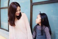 Mutter und Tochter, die ein Gespräch haben Lizenzfreie Stockfotografie