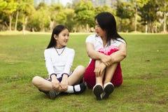Mutter und Tochter, die ein Gespräch haben lizenzfreies stockfoto