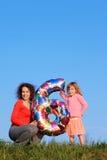 Mutter und Tochter, die eine Abbildung von sechs anhalten Lizenzfreie Stockbilder