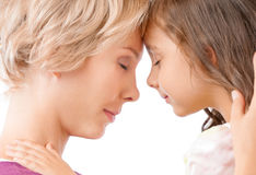 Mutter und Tochter, die eine Umarmung teilen lizenzfreie stockfotos