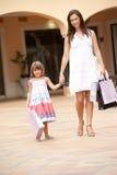 Mutter und Tochter, die Einkaufen-Reise genießen Lizenzfreie Stockfotografie