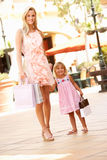 Mutter und Tochter, die Einkaufen-Reise genießen Lizenzfreie Stockbilder