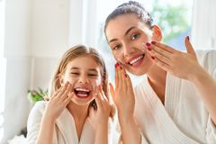 Mutter und Tochter, die für Haut sich interessieren lizenzfreie stockfotografie