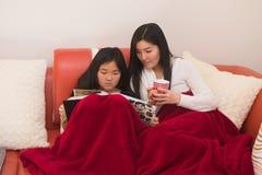 Mutter und Tochter, die Familienfotos betrachten Lizenzfreie Stockbilder
