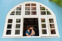 Mutter und Tochter, die an französischem Gebäude Colmars Tropicale in Malaysia küssen Stockfoto