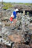 Mutter und Tochter, die in Galapagos-Inseln wandern Lizenzfreie Stockbilder
