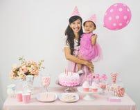 Mutter und Tochter, die Geburtstag feiern Lizenzfreie Stockbilder