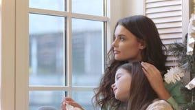 Mutter und Tochter, die Geschenk auspacken stock video