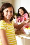 Mutter und Tochter, die Getreide und Frucht essen Stockfoto