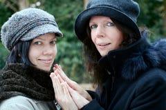 Mutter und Tochter, die Hände geben Lizenzfreie Stockfotografie