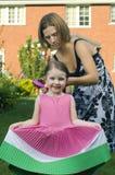 Mutter und Tochter, die Haar kämmen Stockfotos