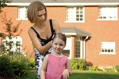 Mutter und Tochter, die Haar kämmen Lizenzfreies Stockbild