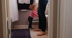Mutter und Tochter, die im Badezimmer stehen stock video