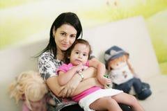 Mutter und Tochter, die im Doktorbüro warten. Stockfotos