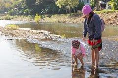 Mutter und Tochter, die im Fluss spielen Stockbild