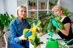 Mutter und Tochter, die im Garten arbeiten Stockbild