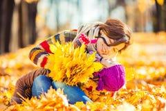 Mutter und Tochter, die im Herbstpark spielen Lizenzfreie Stockfotografie
