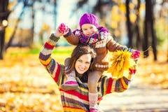 Mutter und Tochter, die im Herbstpark spielen Stockfoto