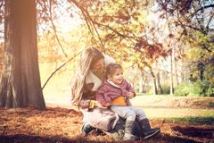 Mutter und Tochter, die im Park spielen stockbilder