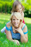 Mutter und Tochter, die im Park umarmen Lizenzfreies Stockbild